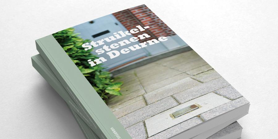 """Drie boeken van """"Struikelstenen in Deurne"""" op elkaar gestapeld"""