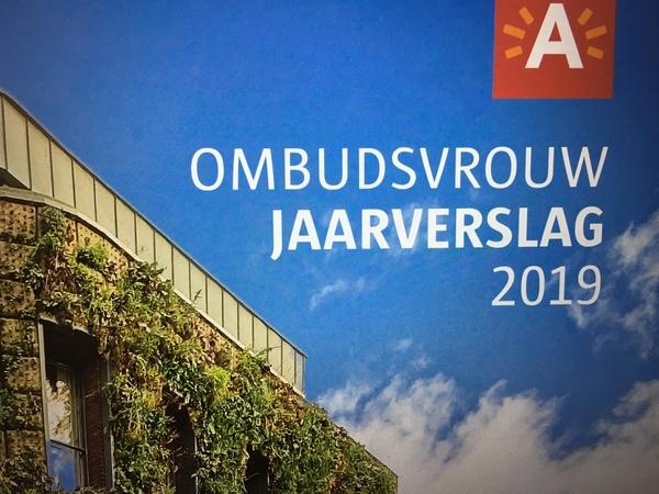 Cover van het jaarverslag 2019 van de ombudsvrouw, foto van de groene gevel op het De Coninckplein