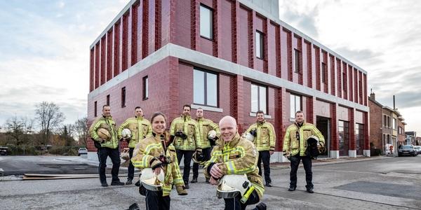 Een team brandweerlieden voor de nieuwe kazerne in Wilrijk.