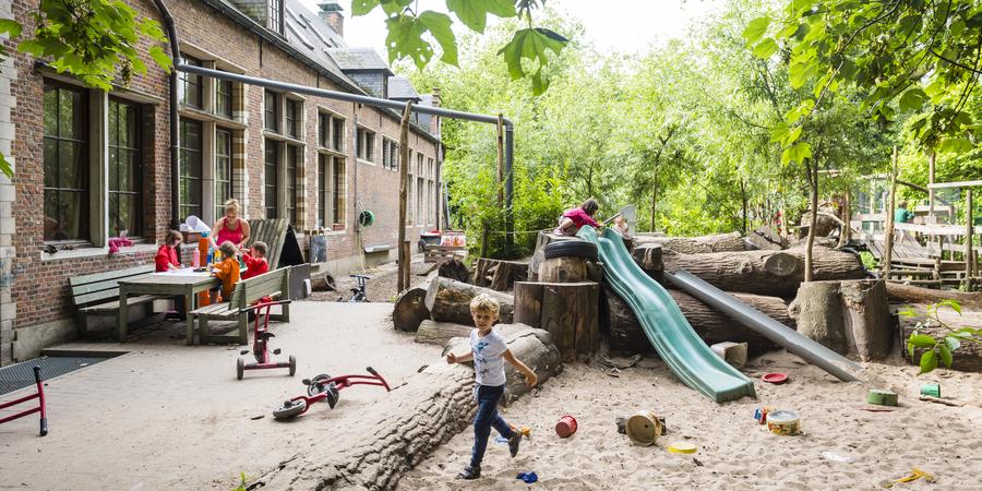 De speelplaats van stedelijke basisschool Kosmos
