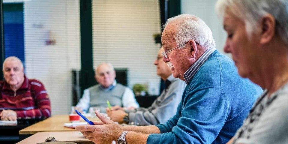 De voorzitter van de Hobokense seniorenraad spreekt zijn leden toe