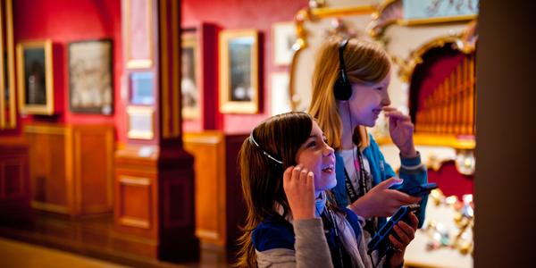 Kinderen in Museum Vleeshuis, muziekmuseum in Antwerpen