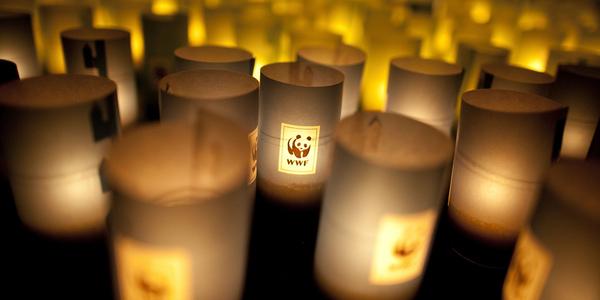 Kaarslichten branden tijdens Earth Hour