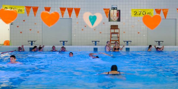 Zwembad De Schinde versierd voor valentijn