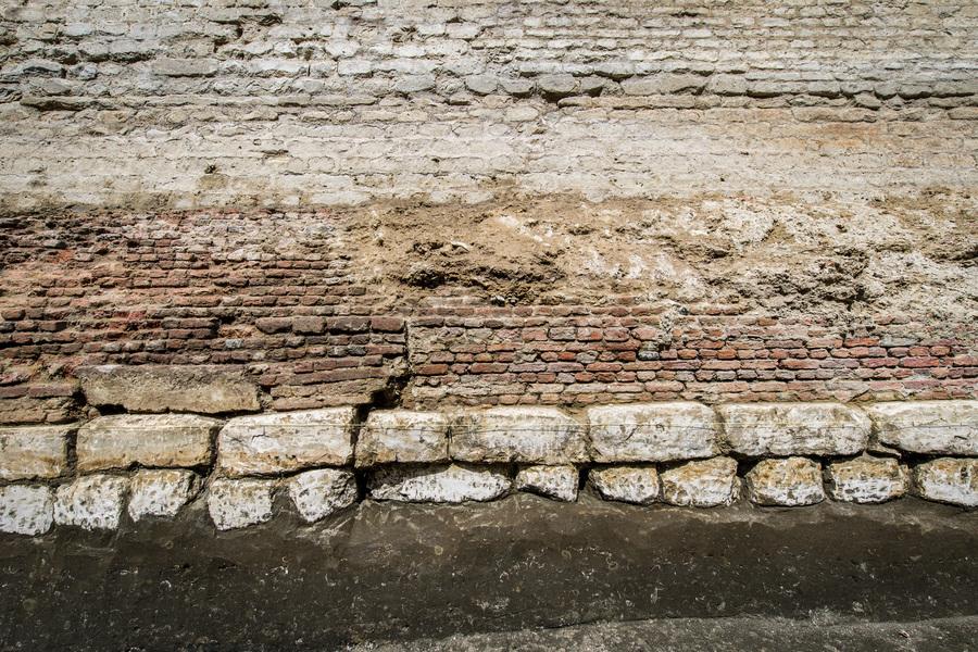 Het fundament van het bastion bestaat uit verschillende steensoorten