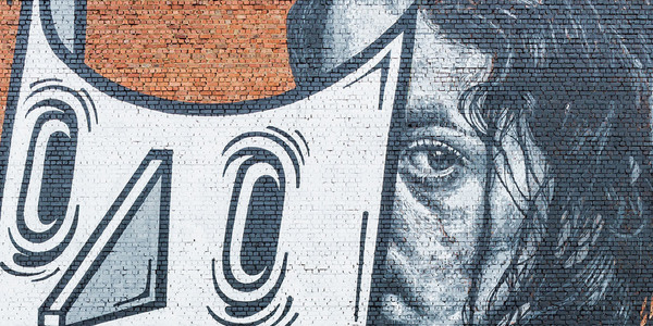 foto van het graffitikunstwerk 'Beauty beneath the mask'