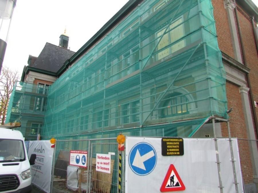 Stellingen aan de gevel van het voormalig gemeentehuis van Wilrijk