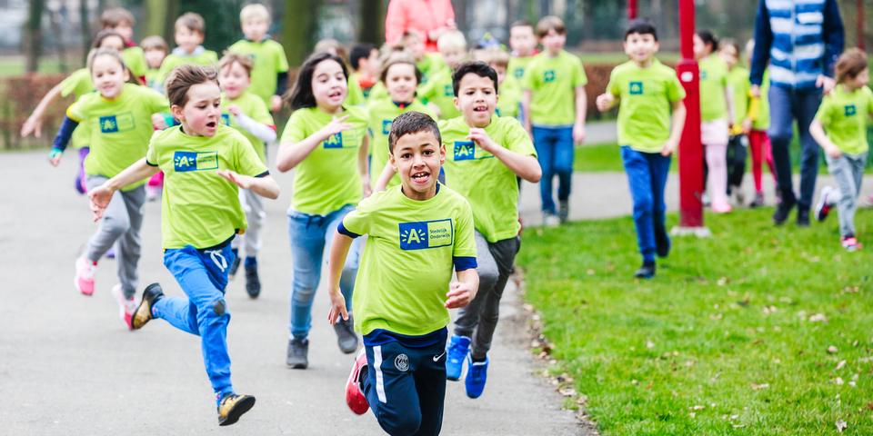 Kinderen uit de lagere school lopen in het park.