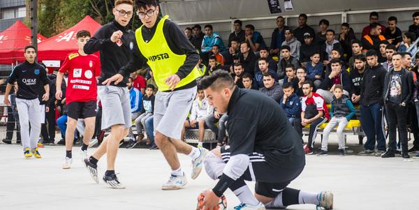 Voetballers in actie op Antwerp Street Soccer
