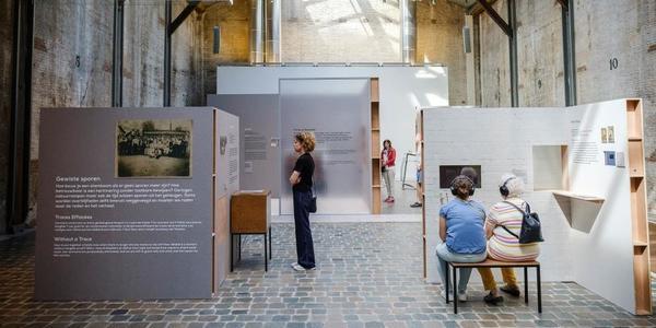Bezoekers op de expo Rootszoekers in de Loods van het Red Star Line Museum