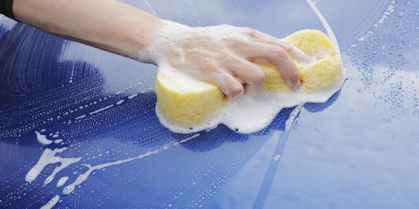 Hand die een auto wast