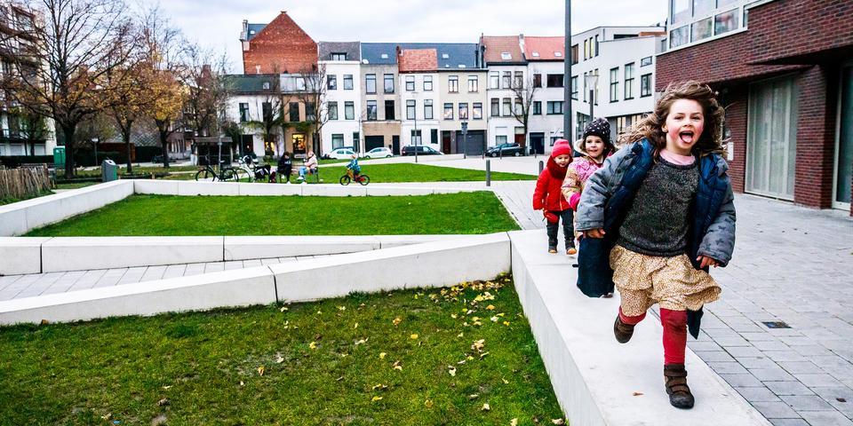 Kinderen spelen aan het Vinçotteplein in Borgerhout
