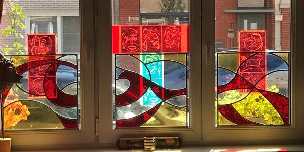 glasraam in het huis van kunstenaar Mieke Huysmans
