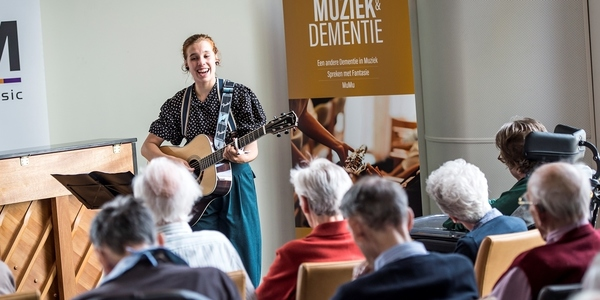 Hilde zingt voor mensen met dementie.