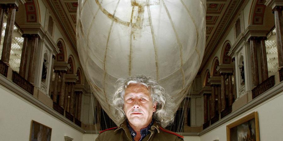 Panamarenko poseert voor een van zijn kunstwerken, een gigantische zeppelin.