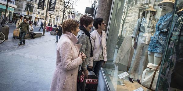 3 dames kijken naar vitrine op de Meir