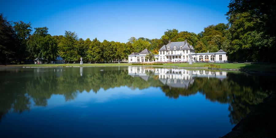 Panoramabeeld van een kasteel aan het water in het Rivierenhof.