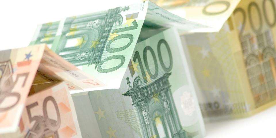 Kaartenhuisjes van geld