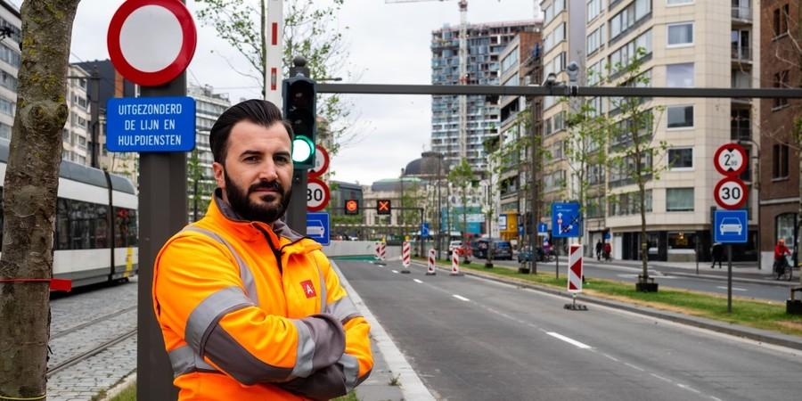 Kenny, leidingevende toezicht bij de Verkeersdienst, staat aan de vernieuwde Leien