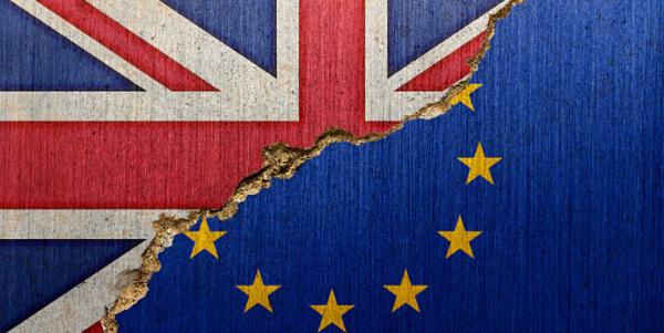 Half Brits, half Europese vlag, in het midden gescheurd