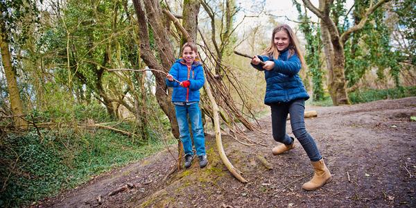 Kinderen spelen in de natuur
