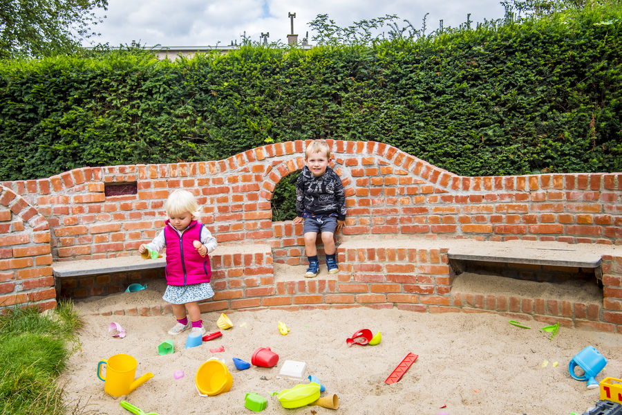 Kinderen spelen in de zandbak