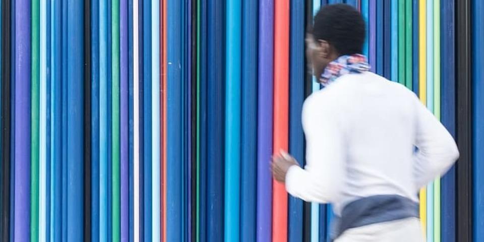 Persoon voor een gekleurde achtergrond met strepen