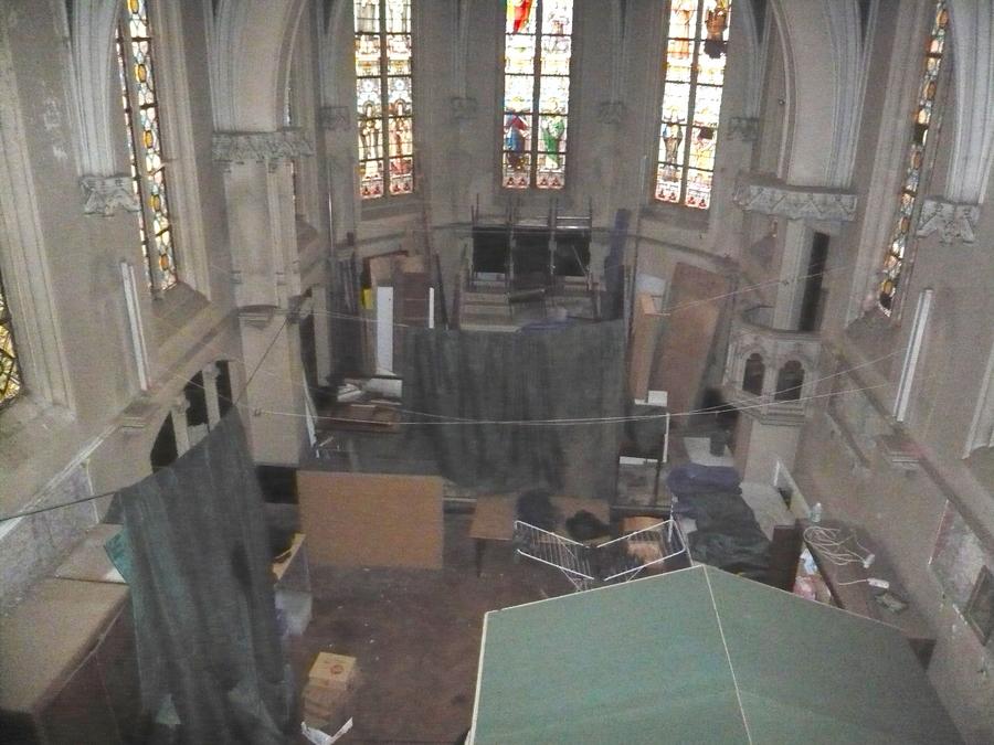 Het verwaarloosde interieur van de kapel.