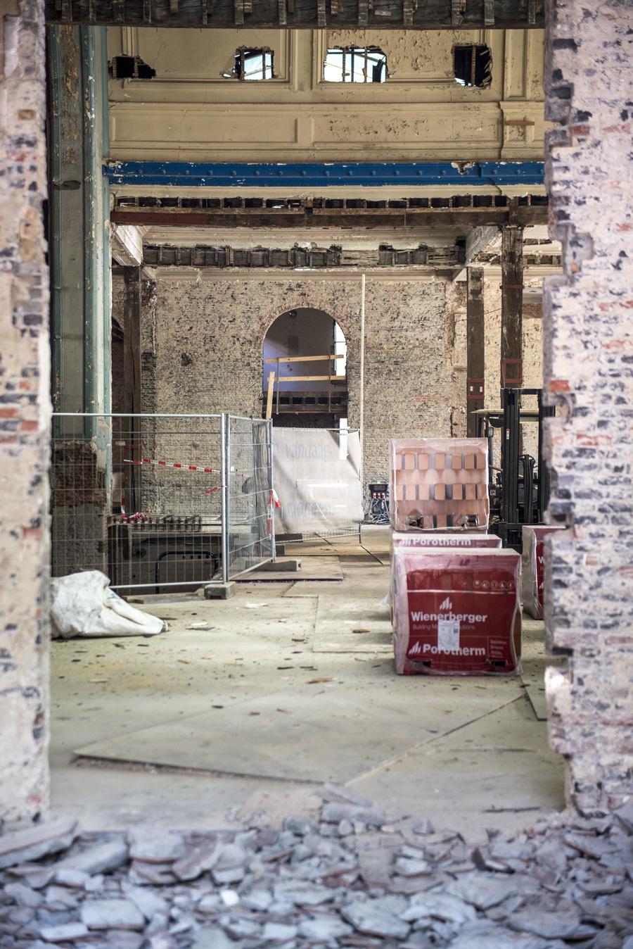 Restauratiewerken aan binnenzijde van zaal Harmonie