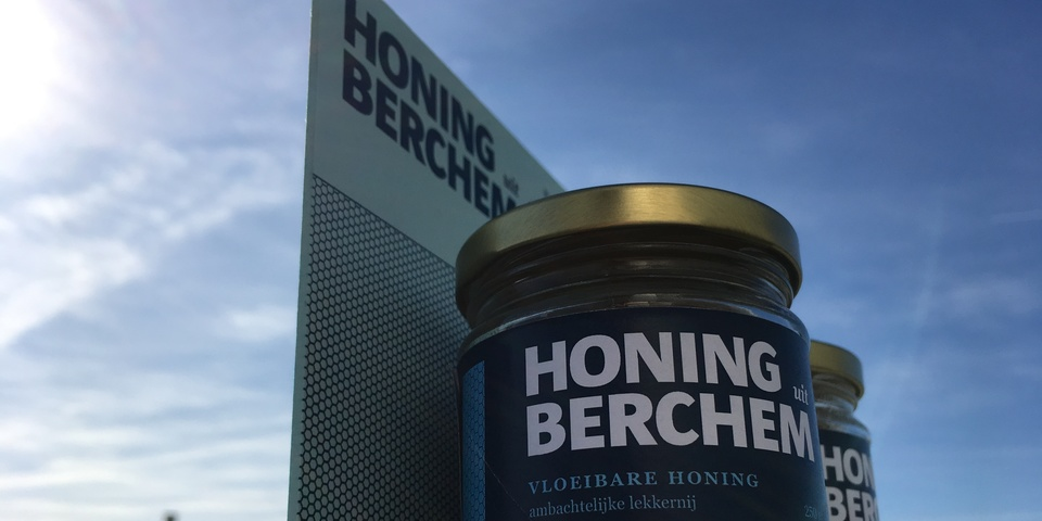 Twee potjes honing in een toonbankdisplay