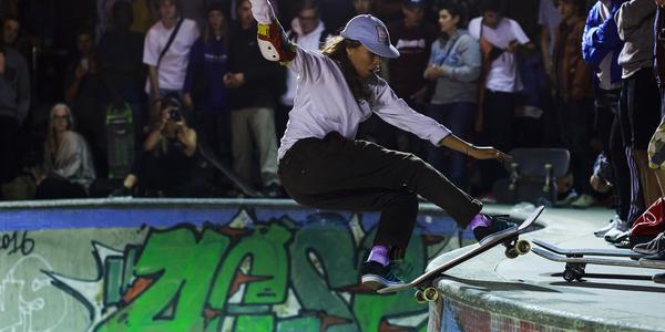 Skateboarden in de bowl van Park Spoor Noord