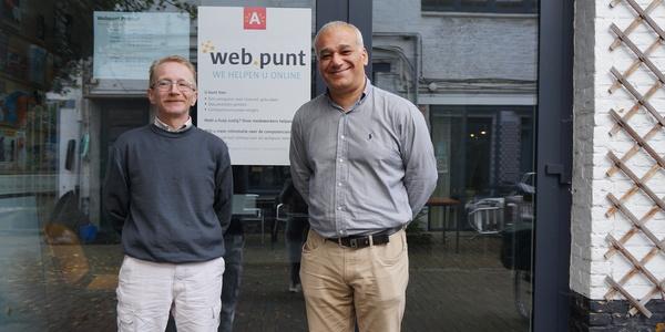 Patrick en Jihad helpen mensen in hun computerlokaal.