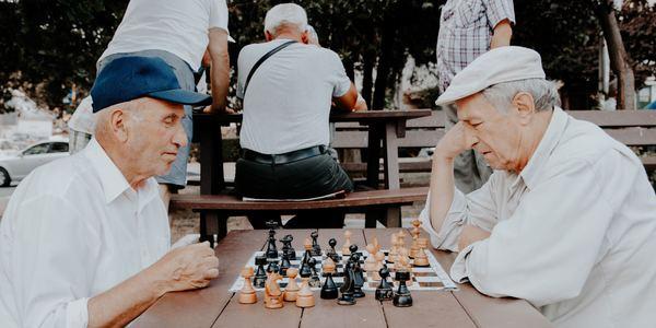 Senioren die schaken