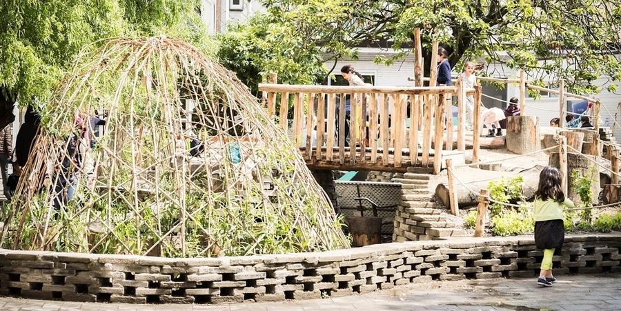 De groene speelplaats van De Bever is afgebakend door een stenen rand, gemaakt uit gerecupereerde dals