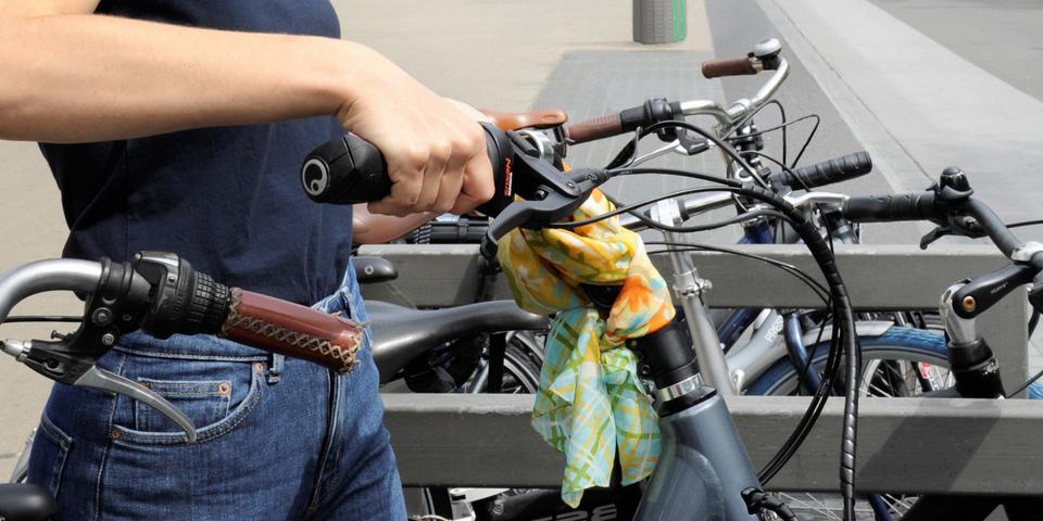 Fiets wordt in fietsenstalling geplaatst.