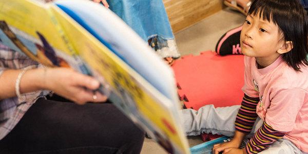 Vrijwilliger leest voor in de bib