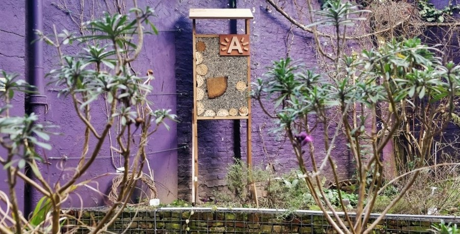 Het bijenhotel in de tuin van het EcoHuis