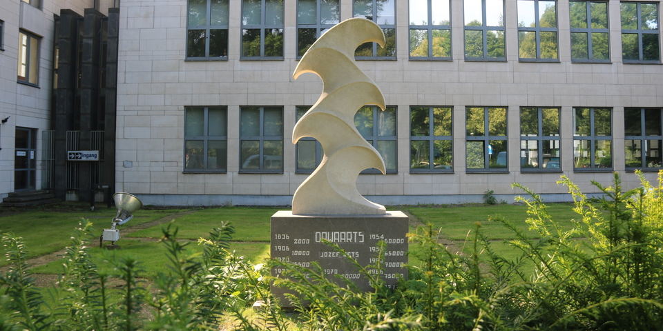Kunstwerk 'Opwaarts' van Jozef Kets (voor het districtshuis)