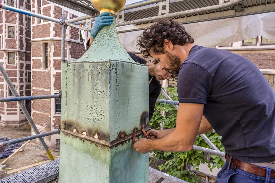 Koperen obelisken van stadhuis zijn gerestaureerd