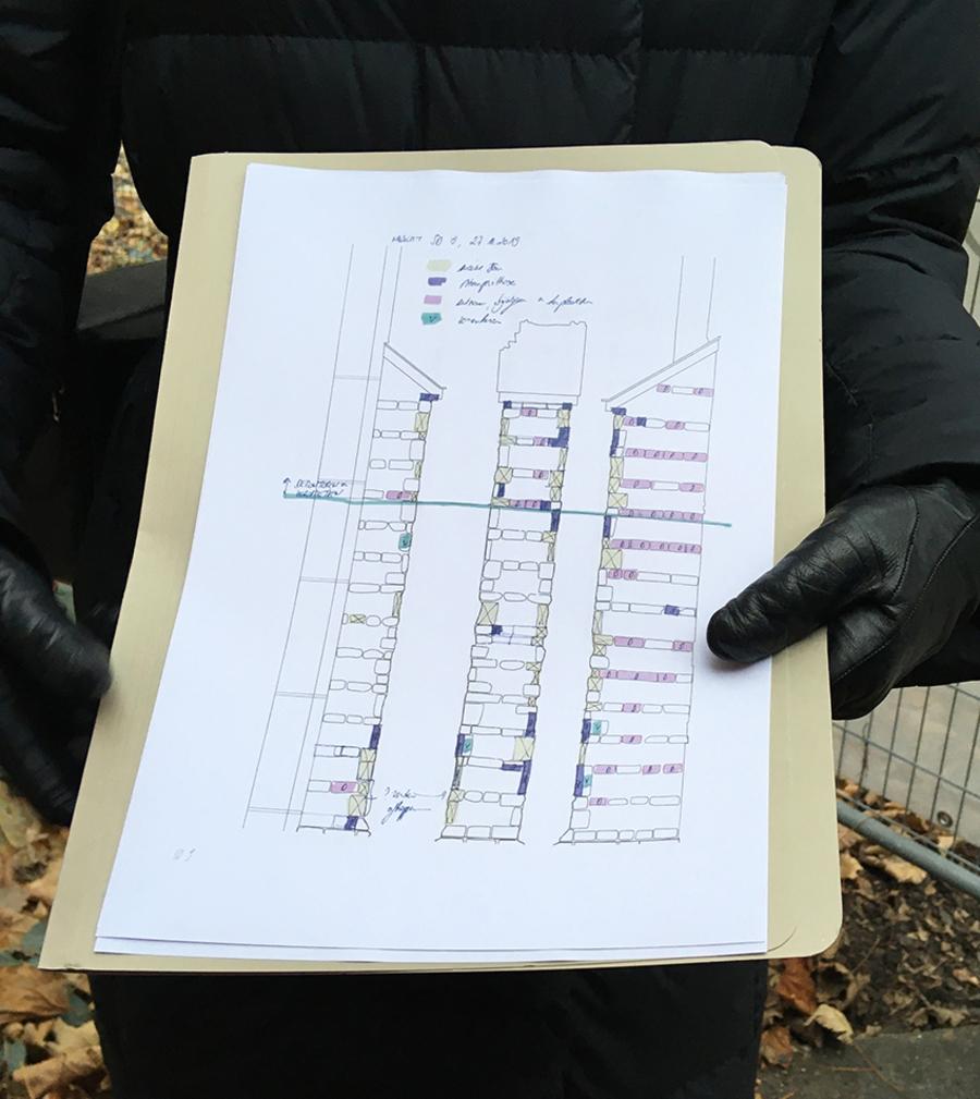 Kleurcodes op een schema geven aan hoe de stenen gerestaureerd worden.