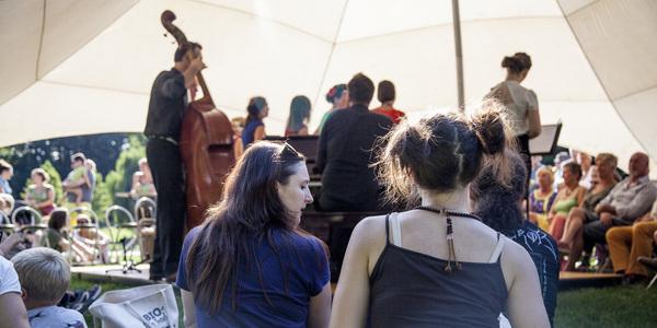 2 meisjes kijken naar een cello optreden