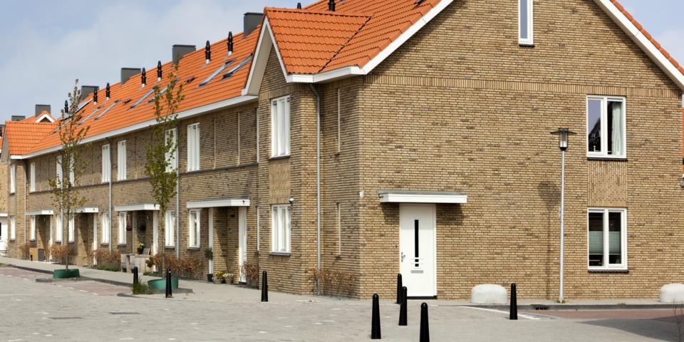 Woningen aan een buurtpleintje.