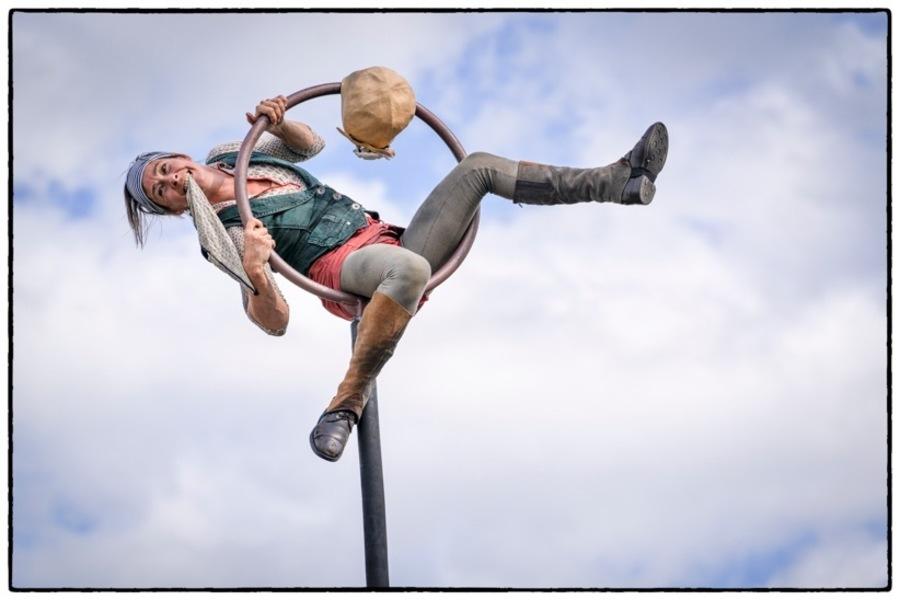 Acrobate op een hoge swingpaal