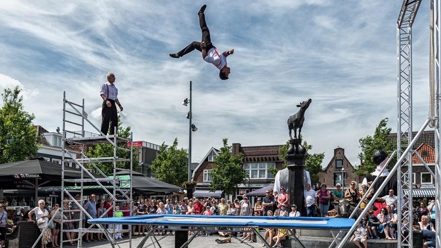 Twee acrobaten op een trampoline