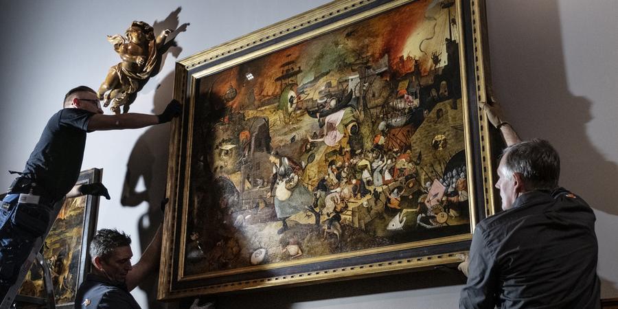 3 mannen hangen het schilderij 'De Dulle Griet' terug op zijn plaats in het Museum Mayer Van den Bergh.