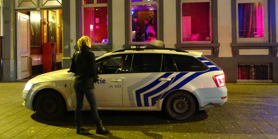 Politievoertuig met agente van het prostitutieteam in het Schipperskwartier