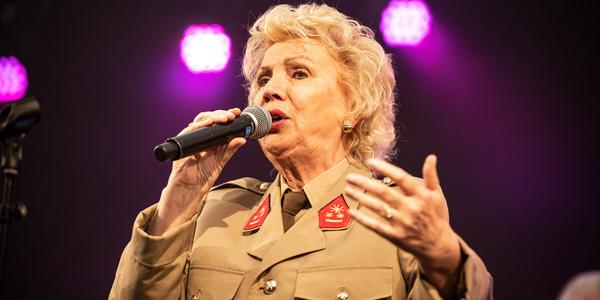 Lia Linda zingt tijdens de Merksemse Vredesfeesten