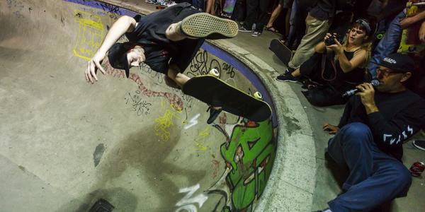 Skateboarden aan de bowl van Park Spoor Noord