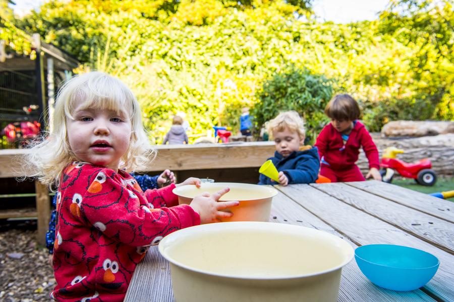 Kinderen spelen in de buitenkeuken