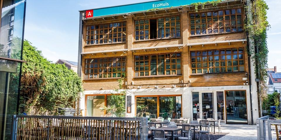 Voorbouw van het EcoHuis in Antwerpen, poort, terras en wandelpad zichtbaar